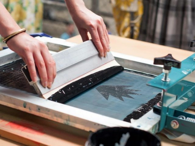 Sablon Manual VS Sablon Digital – Apa Kelebihan dan Kekurangannya ?
