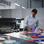 Bagaimana tinta putih dapat membantu penyedia jasa pencetakan mendiversifikasi usahanya menjadi bisnis bermargin tinggi